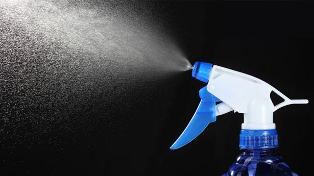Use una botella de spray para aplicar el líquido impermeabilizante a su toldo.
