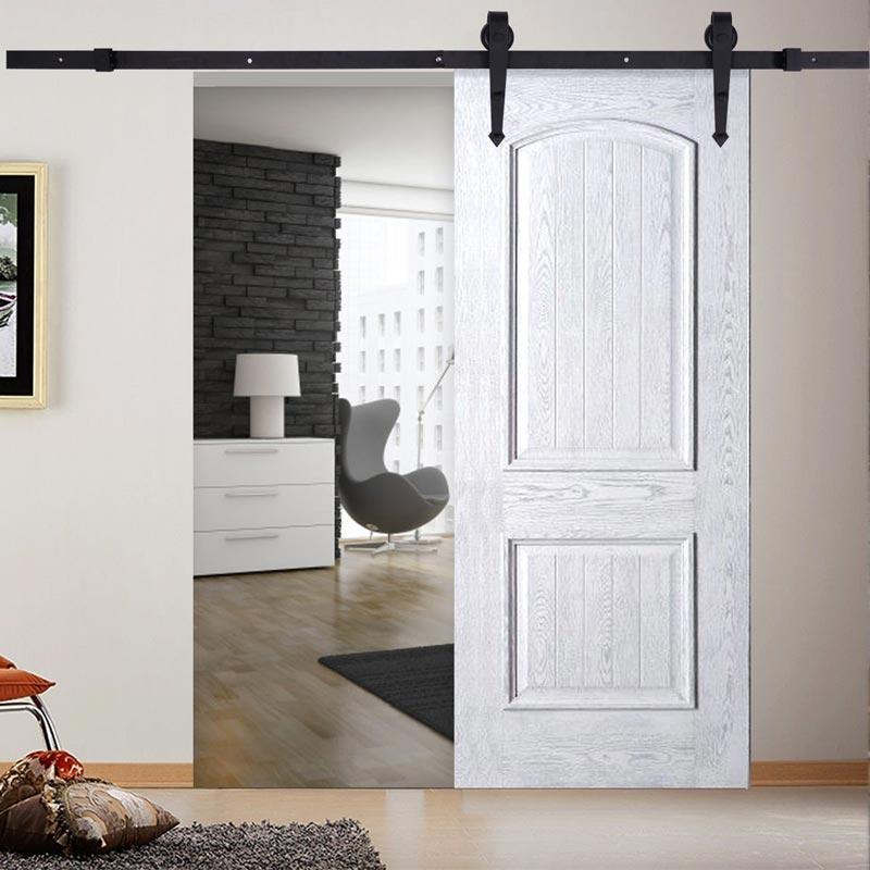 Hermosa puerta corrediza de madera blanca.