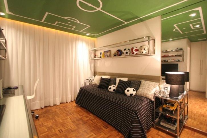 Sala con un campo de fútbol pintado en el techo.