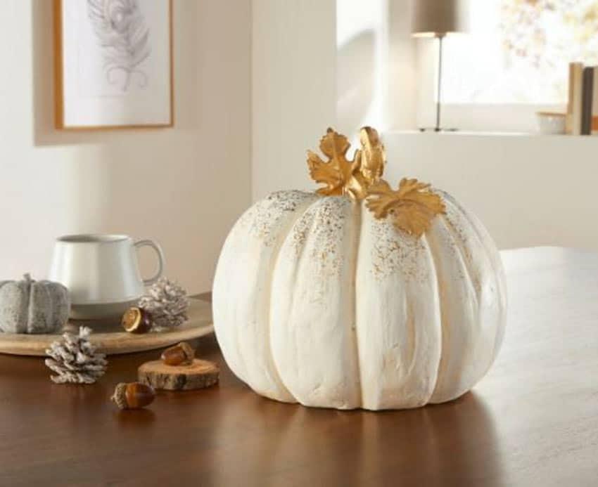 Calabaza blanca para decorar la casa en otoño.