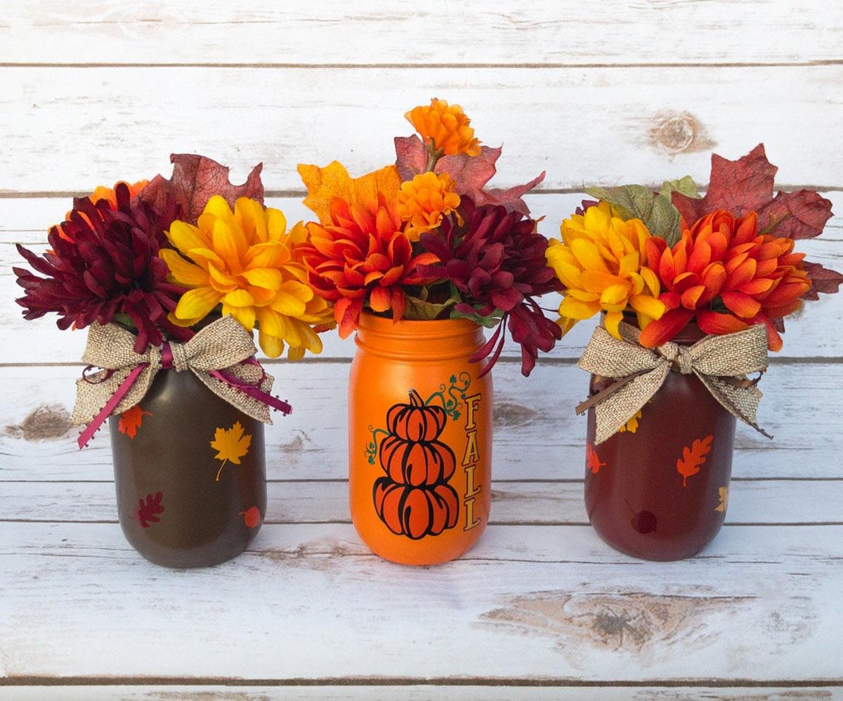 Decoraciones de otoño de bricolaje con frascos de vidrio reciclado.